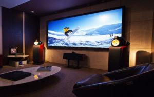 Сравниваем проектор и телевизор | Что лучше выбрать