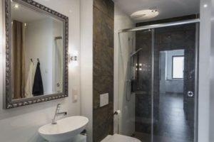 Как повесить зеркало в ванной | 8 простых шагов