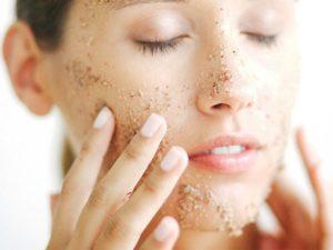 10 лучших скрабов для сухой кожи лица