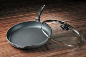 Какая сковорода лучше: чугунная или алюминиевая